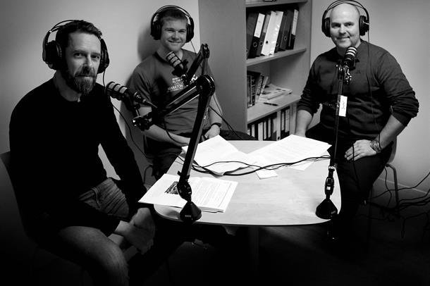 Smittevernoverlege Jørn Åge Longva, lege Håkon Kravdal og programleiar Jim Hansen.