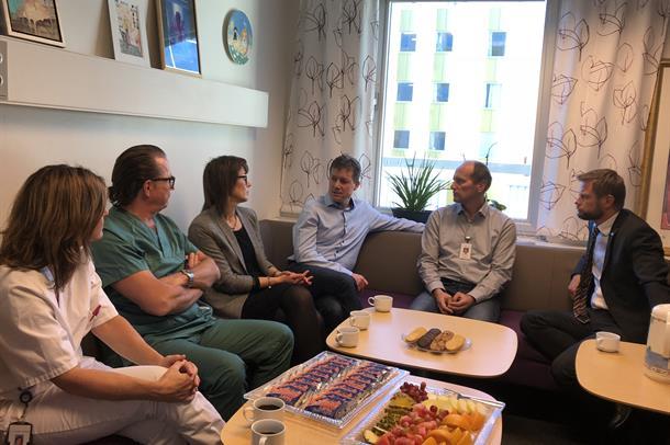 Dei ga eit viktig ja. F.v: Intensivsjukepleiar Merete Gjerdsbakk, anestesilege Terje Takle, Dagunn Aase Grimeland (mor), Ronny G