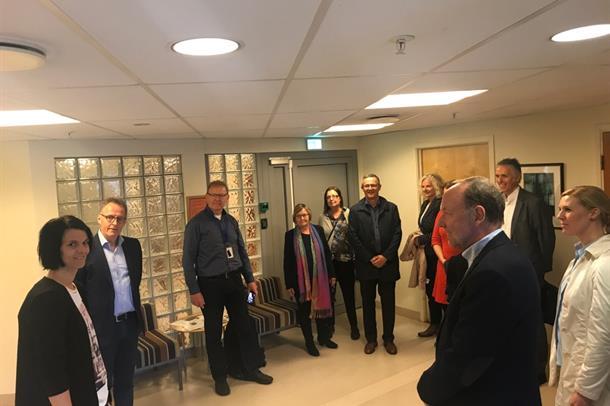 Styret besøker DPS Volda, og seksjonsleiar for døgnbehandling Grete Ryste Flåskjer (til venstre)