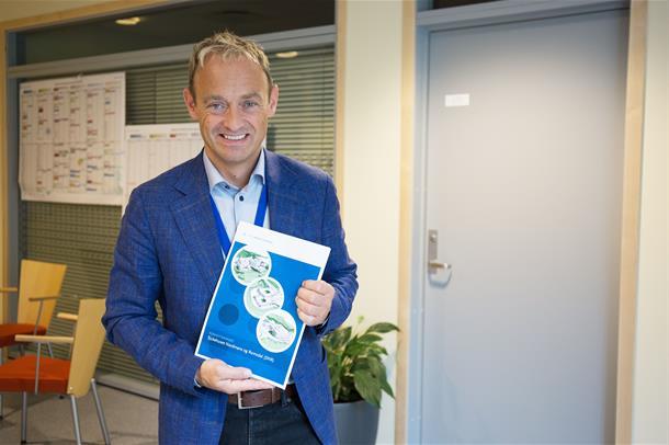 Adm.dir i Helse Møre og Romsdal, Espen Remme, med konseptrapporten for SNR.