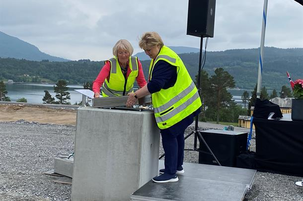 Paula Skår Næss, leiar av brukarutvalet og statsminister Erna Solberg legg grunnsteinen på plass