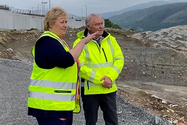 Prosjektdirektør Knut Ragnar Heimdal fortelle statsministeren om status i prosjektet