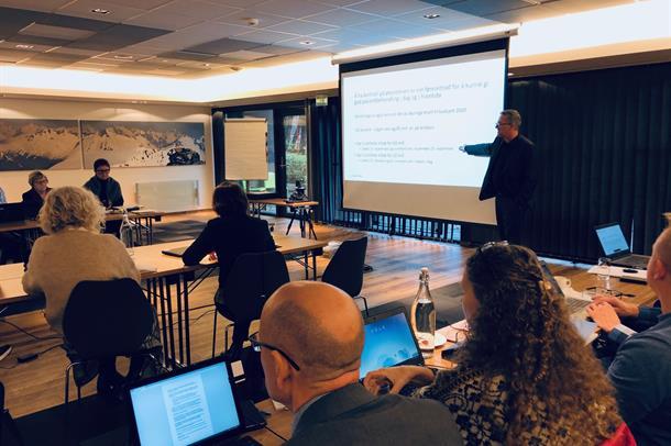 Nils Kvernmo orienterer om omstillinga i helseføretaket.
