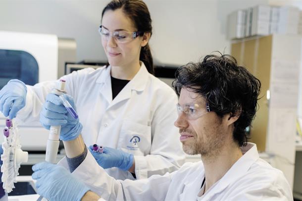 Illustrasjon, to forskarar på eit laboratorium